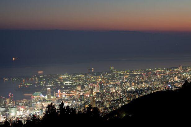 1280px-Kobe_Chuo_and_Suma_at_night