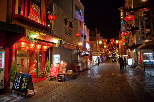 1280px-Kobe_Nankinmachi_at_night