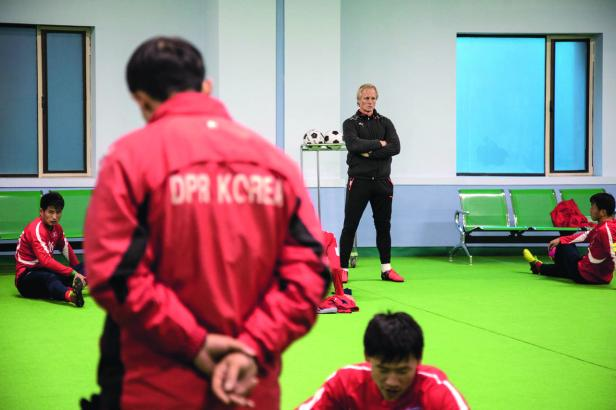 sport_-_football_-_coree_du_nord_-_entrainement_-_jorn_andersen_a_pyongyang